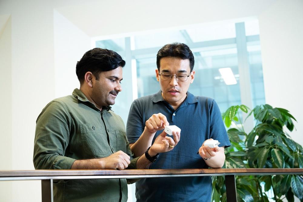 مهندس کانگ و راتور_شارژر گوشی های هوشمند دوستدار محیط زیست_ ریومن مگ