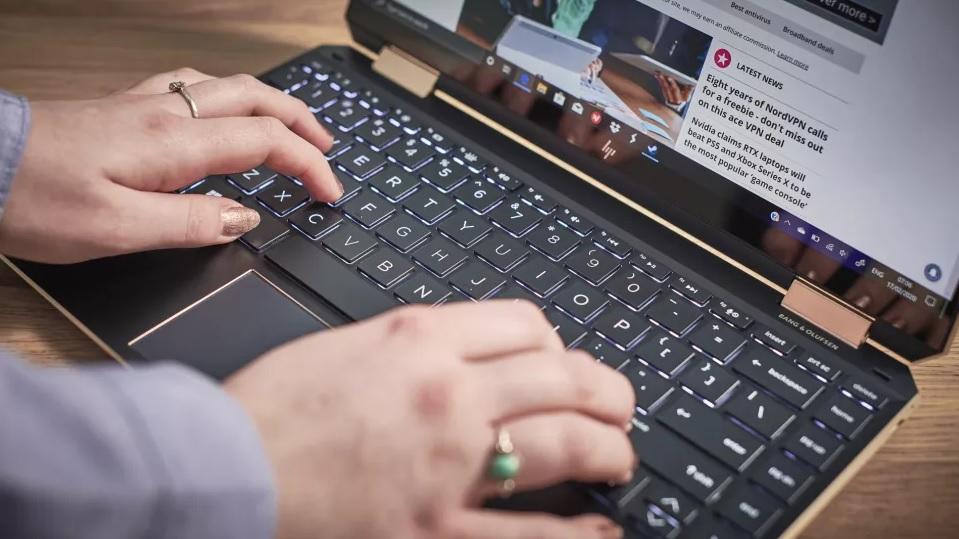 HP Spectre x360: بهترین لپ تاپ برای اکثر افراد 3_ ریون مگ